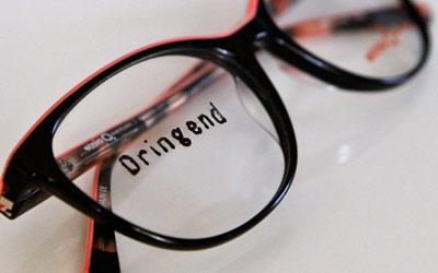 brille mit aufschrift dringend
