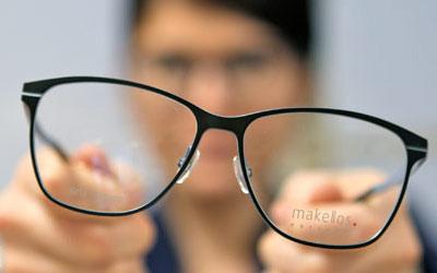 brille vor verschwommenen hintergrund